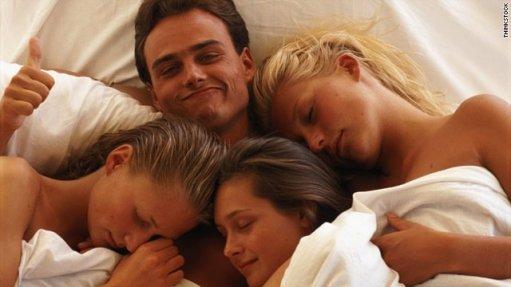 Homme-au-lit-avec-3-femmes-epanouies (1)
