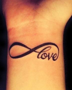 tatouage phrase poignet infini